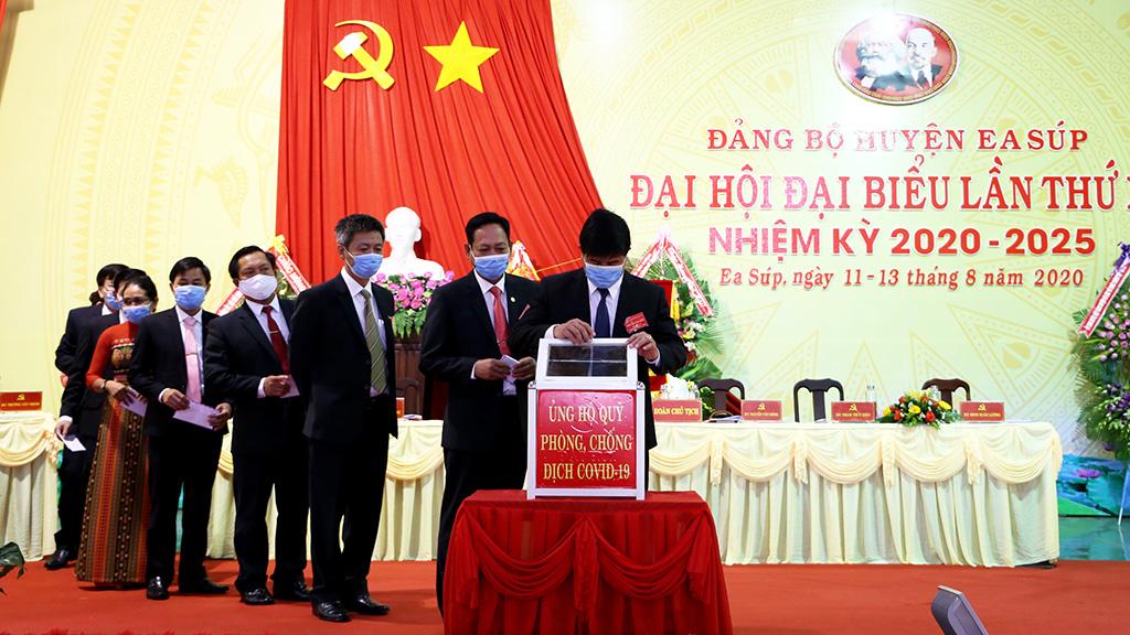 Đại biểu dự đại hội Đảng bộ huyện Ea Súp ủng hộ phong trào chung tay phòng, chống Covid-19