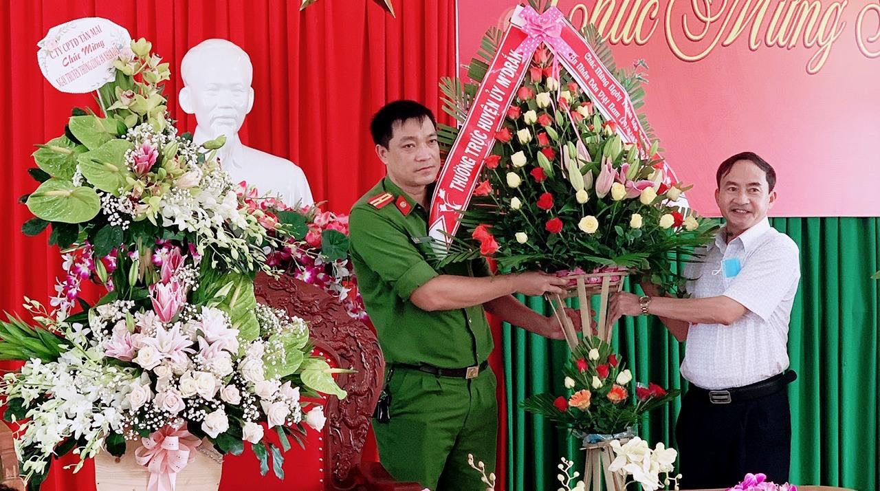 Lãnh đạo huyện M'Đrắk chúc mừng Công an huyện nhân kỷ niệm 75 năm Ngày truyền thống Công an nhân dân Việt Nam