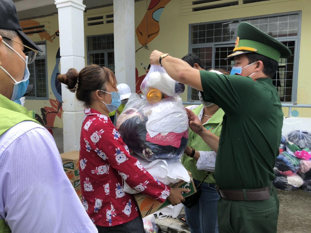 Trao tặng nhu yếu phẩm cho các hộ nghèo ở khu vực biên giới