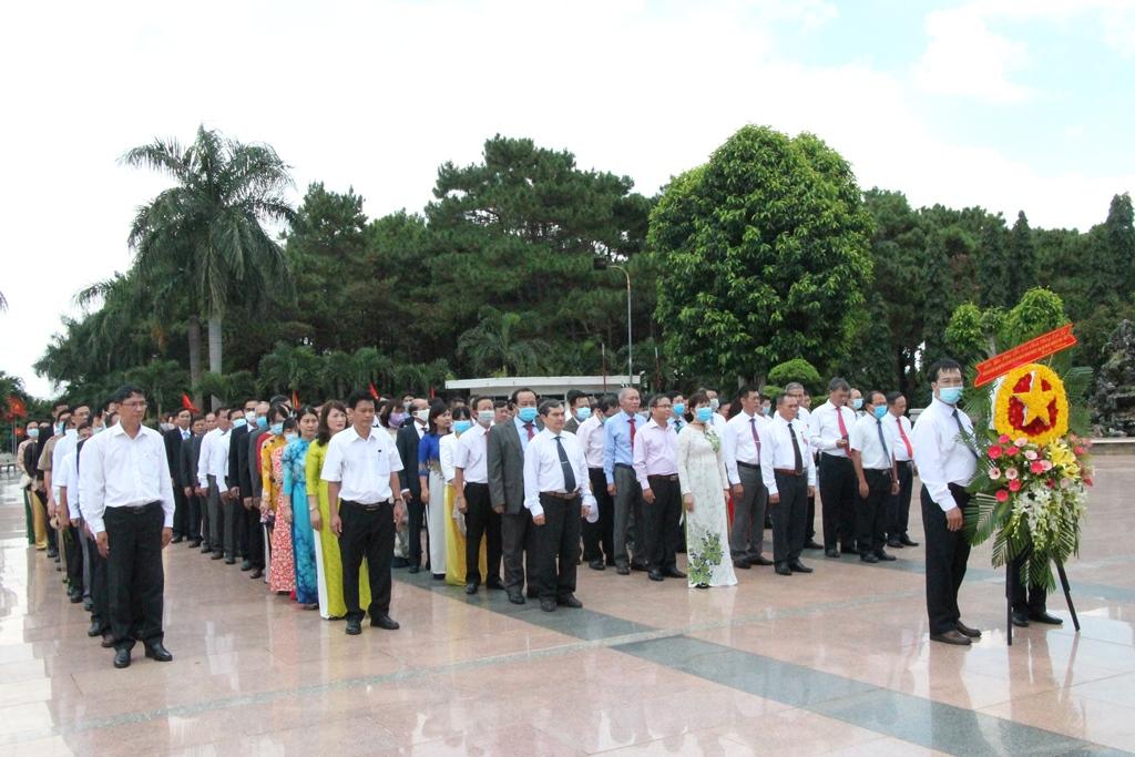 Đại biểu dự Đại hội Đảng bộ khối các cơ quan và doanh nghiệp tỉnh lần thứ VII, nhiệm kỳ 2020-2025 viếng nghĩa trang liệt sỹ