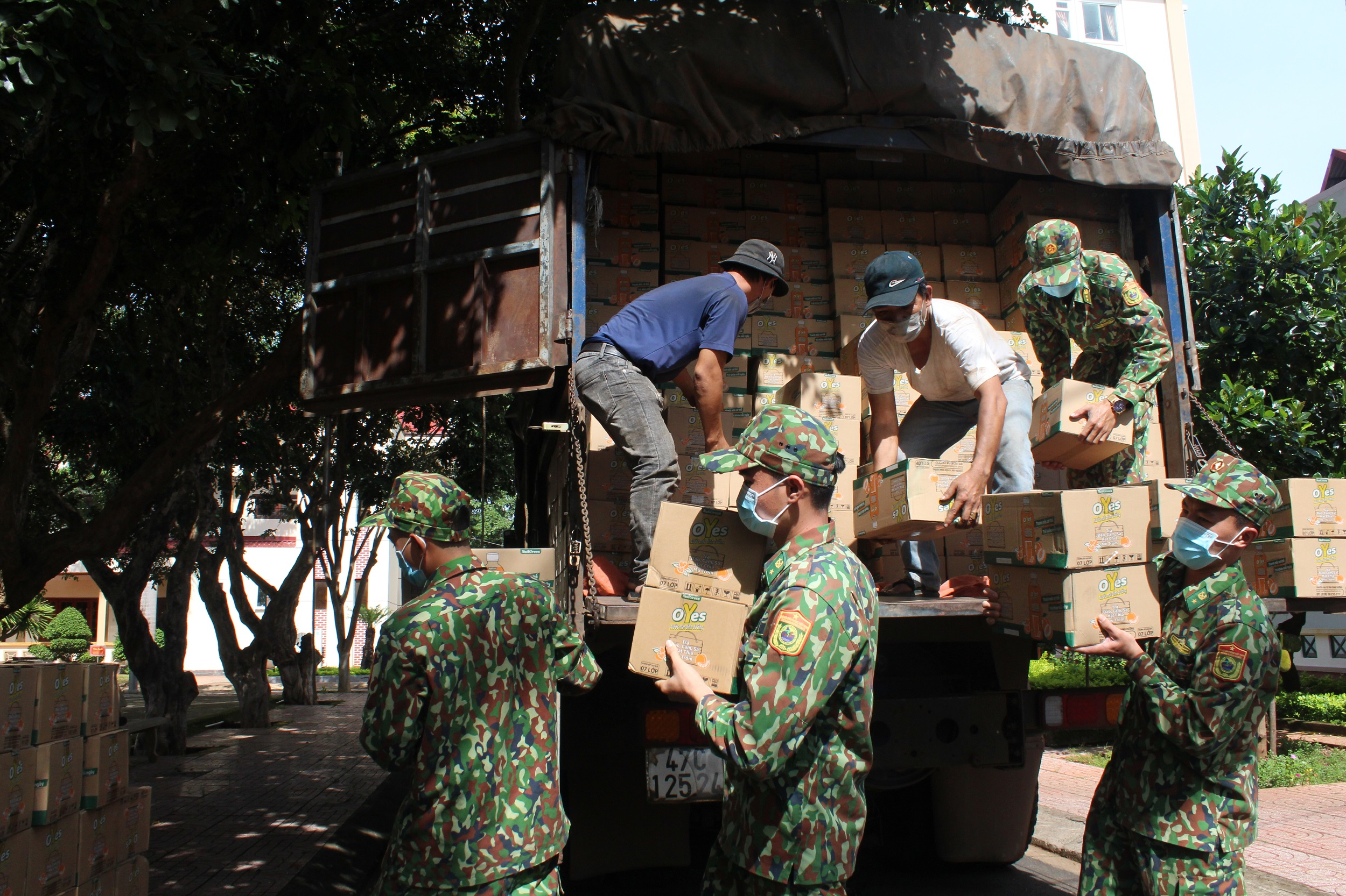 Trao tặng Bộ đội Biên phòng tỉnh Đắk Lắk 1.000 thùng sản phẩm dinh dưỡng