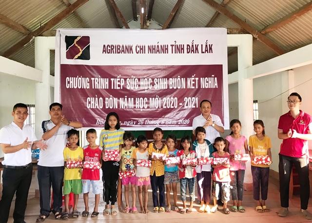 Agribank Đắk Lắk tặng 1.100 cuốn vở cho học sinh tại buôn kết nghĩa