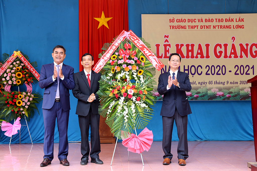 Deputy Secretary of Provincial Party Committee, Chairman of Provincial People's Council Y Bier Nie attends opening ceremony for new school year at No Trang Long Ethnic Boarding High School