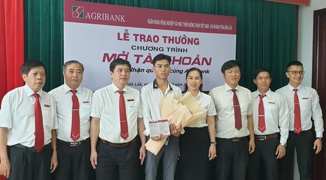 """Agribank Đắk Lắk trao giải cho khách hàng trúng thưởng trong Chương trình khuyến mại """"Mở tài khoản – Nhận quà lớn cùng Agribank"""""""