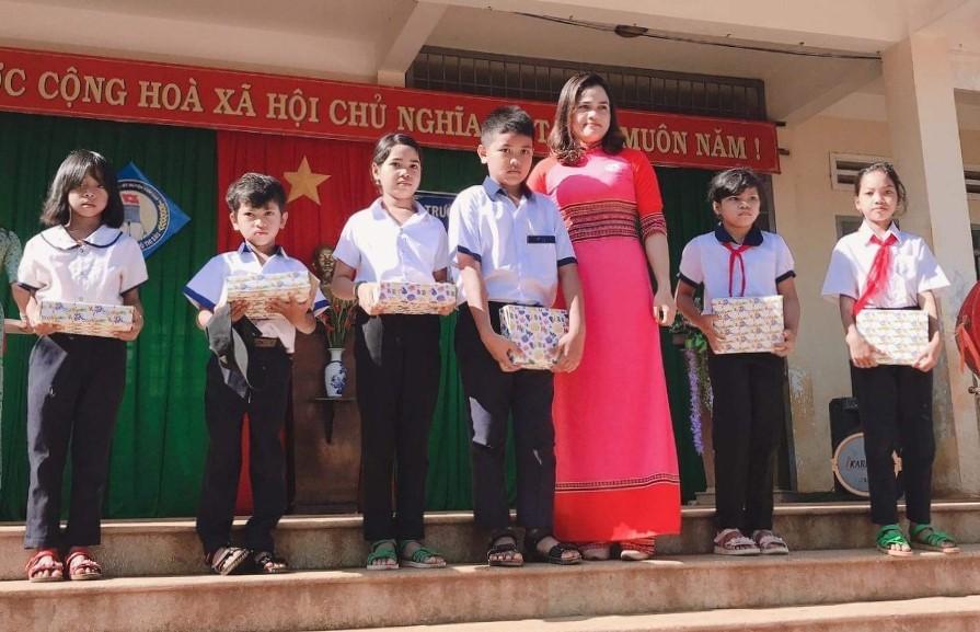 Trao quà cho học sinh nghèo có hoàn cảnh khó khăn nhân dịp năm học mới 2020-2021