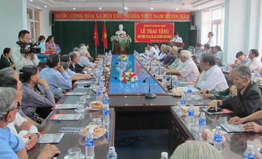 Thành ủy Buôn Ma Thuột  trao tặng Huy hiệu Đảng đợt 19/5/2016 cho 42 đảng viên thuộc Đảng bộ Thành phố