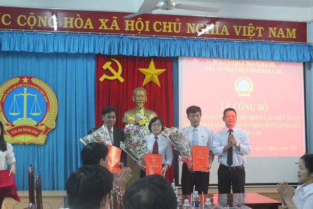 Toà án nhân dân tỉnh Đắk Lắk tổ chức Lễ công bố và trao Quyết định bổ nhiệm lại Thẩm phán sơ cấp