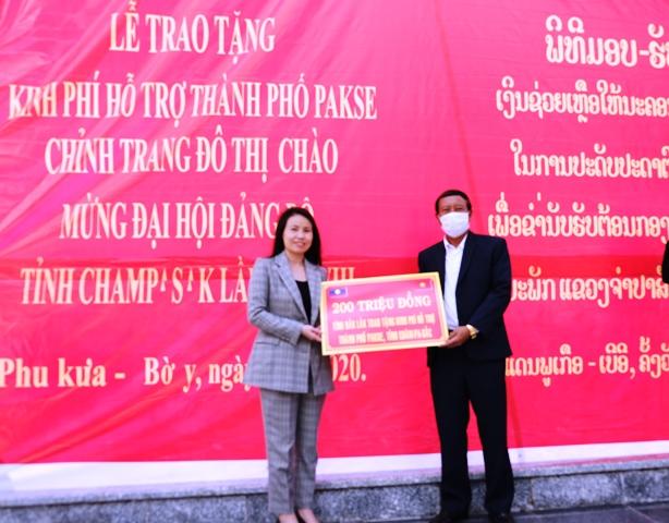 Đắk Lắk trao 200 triệu đồng hỗ trợ thành phố Pakse, tỉnh Champasak (Lào) chỉnh trang đô thị