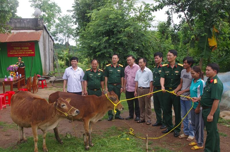 Trao tặng bò giống cho hộ nghèo tại huyện Krông Ana