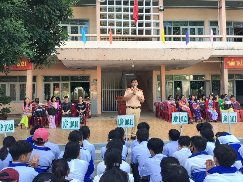 Tuyên truyền an toàn giao thông cho trên 1.400 cán bộ, giáo viên, học sinh Trường THPT Nguyễn Tất Thành, huyện M'Đrắk