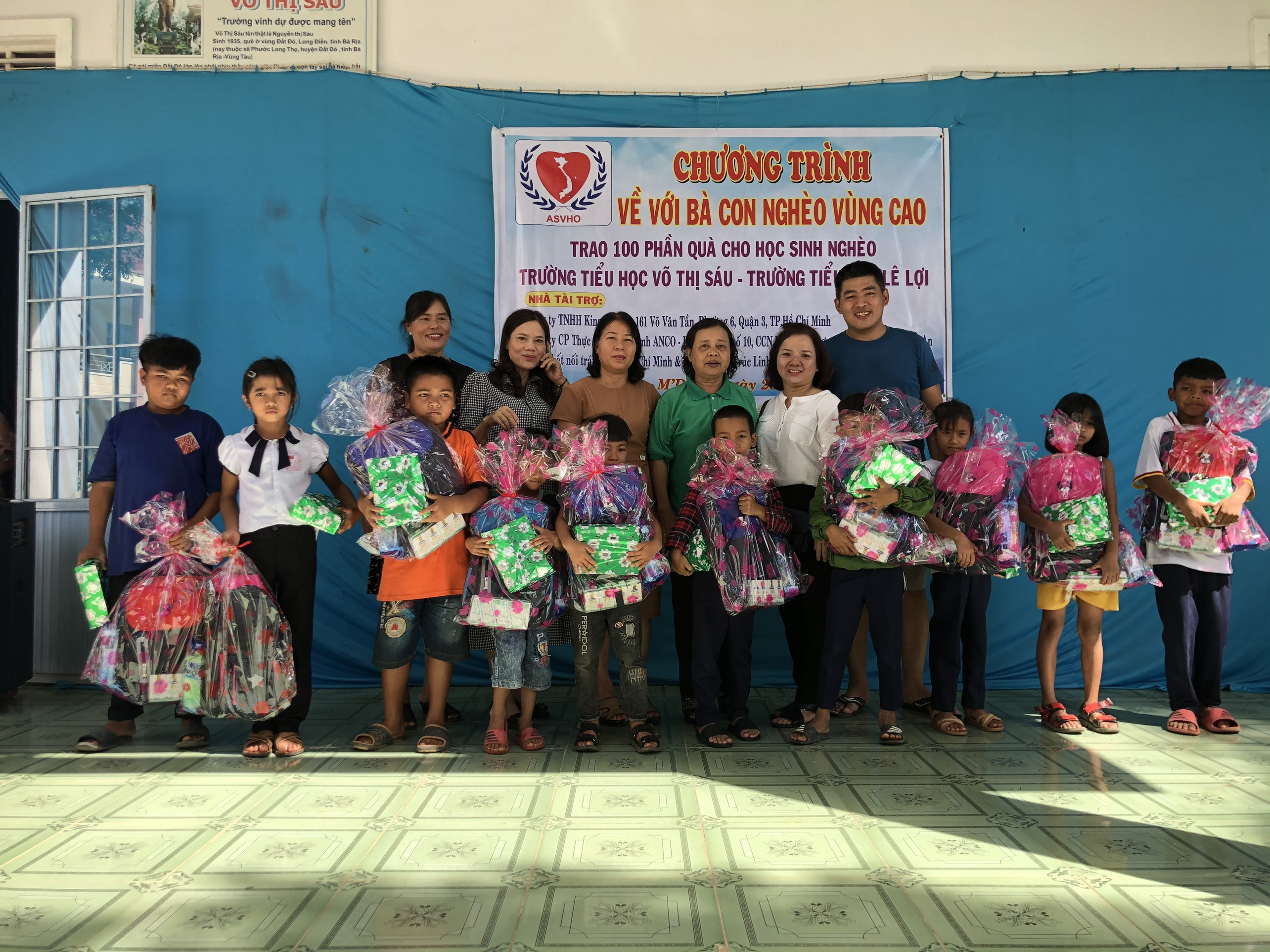 Tặng 200 suất quà cho học sinh và người nghèo tại huyện M'Đrắk