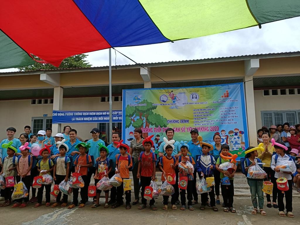 Tặng 600 suất quà cho thiếu nhi trên địa bàn huyện Lắk
