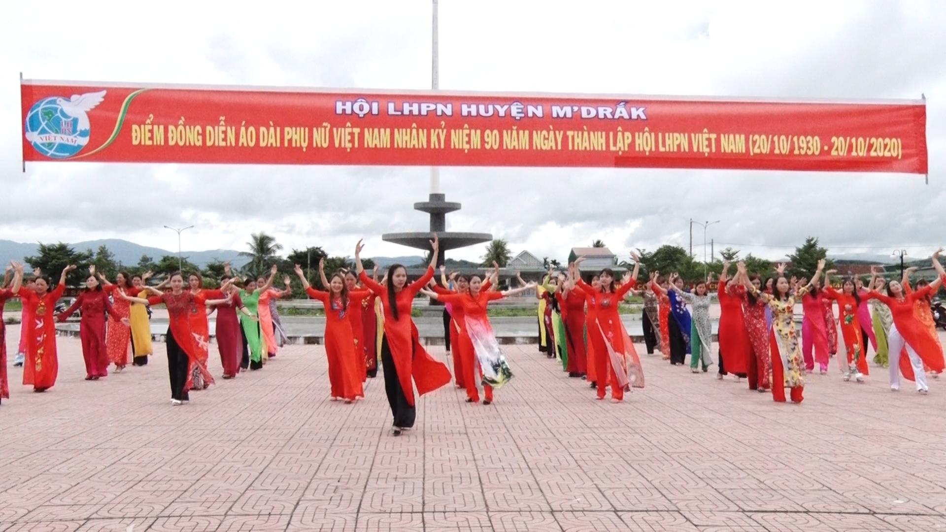 """Hội Liên hiệp Phụ nữ huyện M'Đrắk tổ chức Chương trình """"Đồng diễn áo dài"""""""