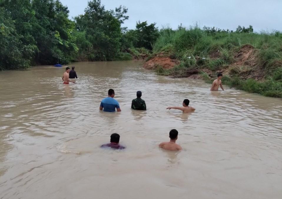 Đồn Biên phòng Ea H'leo phối hợp nỗ lực tìm kiếm người dân bị nước lũ cuốn mất tích tại Đắk Lắk