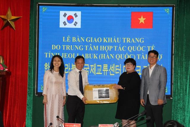Bàn giao 20.000 khẩu trang do Trung tâm hợp tác quốc tế tỉnh Jeollabuk (Hàn Quốc) tài trợ cho các trường học
