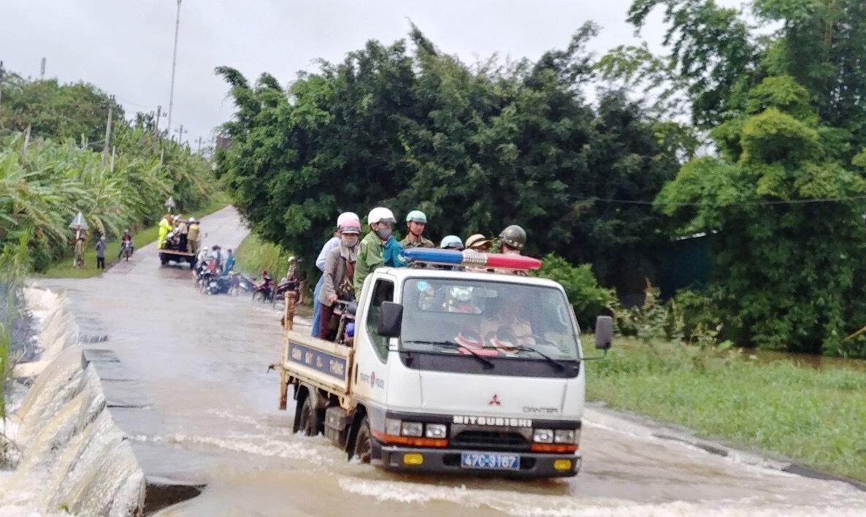 Cảnh sát giao thông huyện Krông Năng giúp trên 3.000 lượt người dân qua đập tràn an toàn
