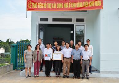 Thành ủy Buôn Ma Thuột trao tiền hỗ trợ phát triển kinh tế cho gia đình Đảng viên có hoàn cảnh khó khăn