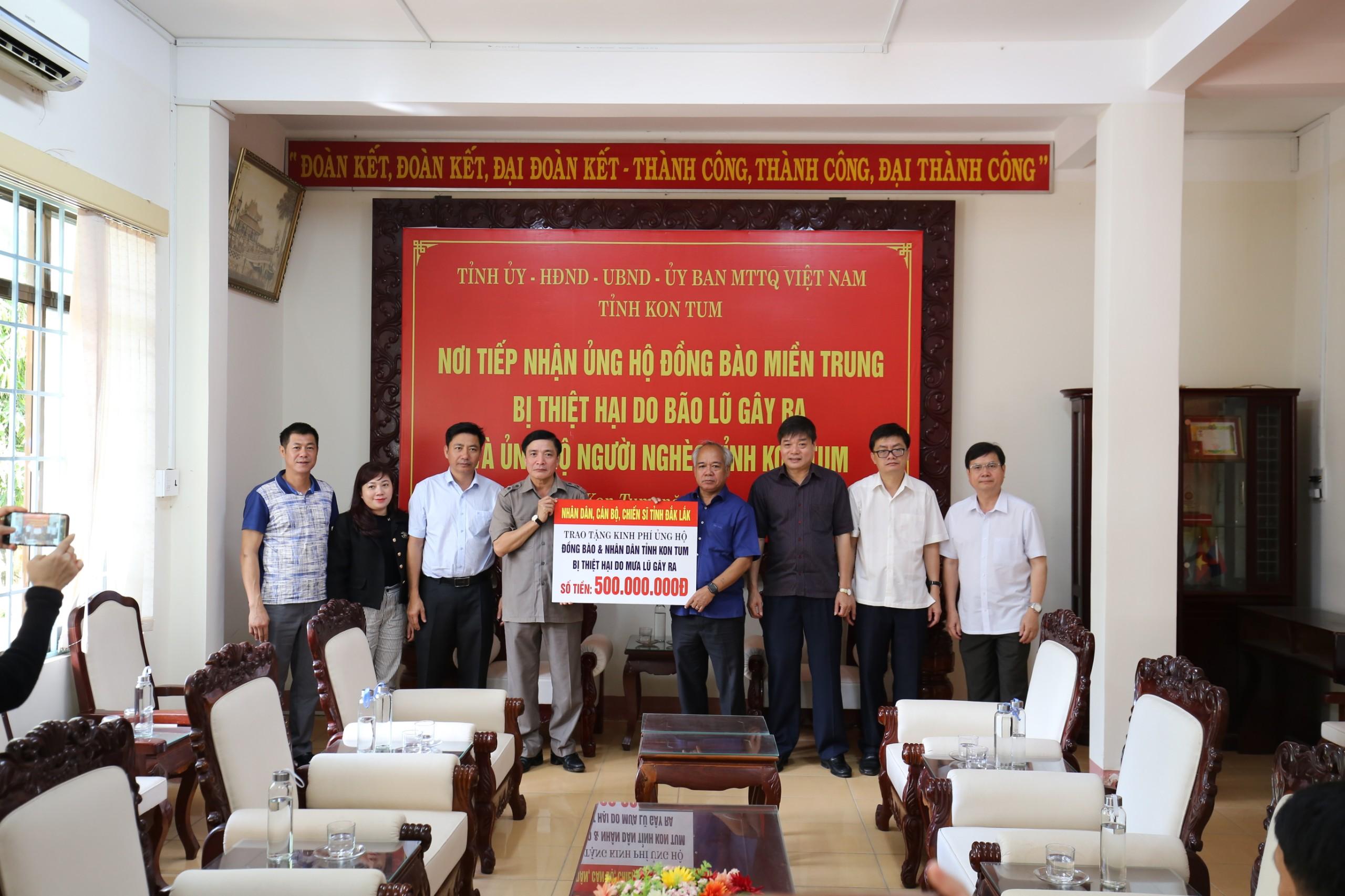 Đoàn công tác của Bí thư Tỉnh ủy Đắk Lắk đi thăm hỏi, hỗ trợ các tỉnh miền Trung, Tây Nguyên
