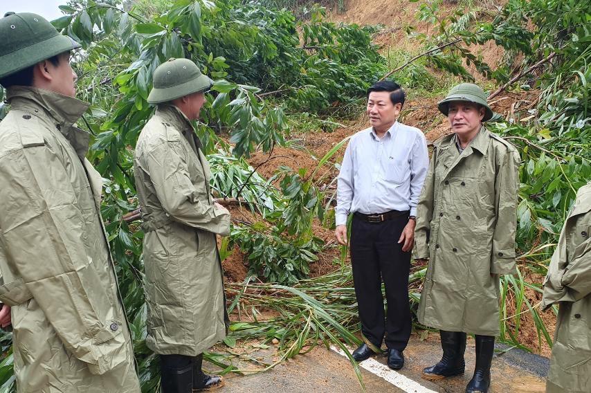 Đoàn công tác của Bí thư Tỉnh ủy Đắk Lắk tặng quà hỗ trợ thiên tai tại Phước Sơn, tỉnh Quảng Nam