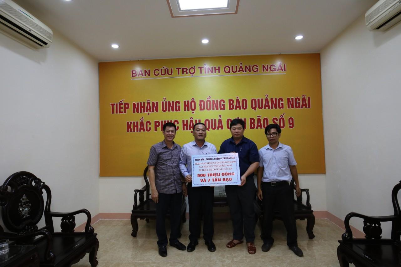 Đoàn công tác của UBND tỉnh Đắk Lắk tặng quà hỗ trợ các tỉnh Quảng Ngãi và Huế
