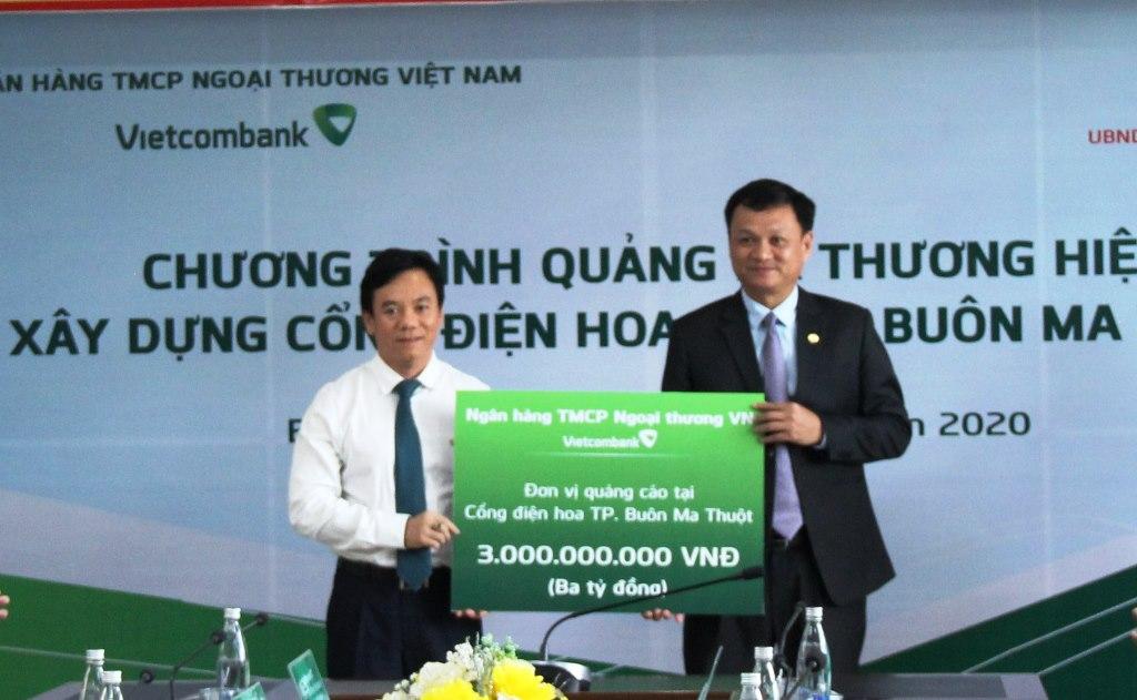 Ngân hàng TMCP Ngoại thương Việt Nam tài trợ xây dựng cổng điện hoa tại thành phố Buôn Ma Thuột