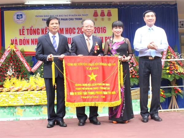 Trường THCS Phan Chu Trinh nhận Cờ thi đua của Chính phủ