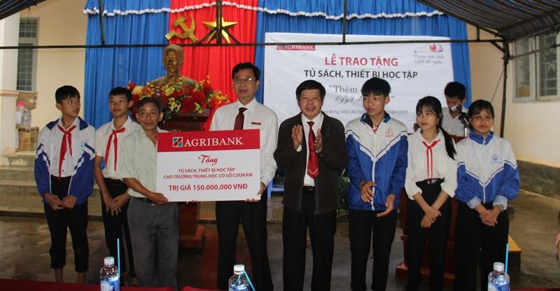 Agribank Đắk Lắk tặng tủ sách, thiết bị học tập cho Trường THCS Cư Drăm