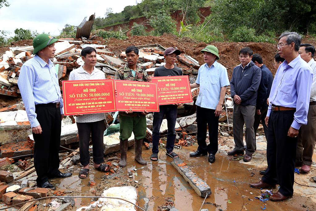 Đoàn công tác của Bí thư Tỉnh ủy thăm, hỗ trợ các gia đình bị thiệt hại do thiên tai tại Krông Bông