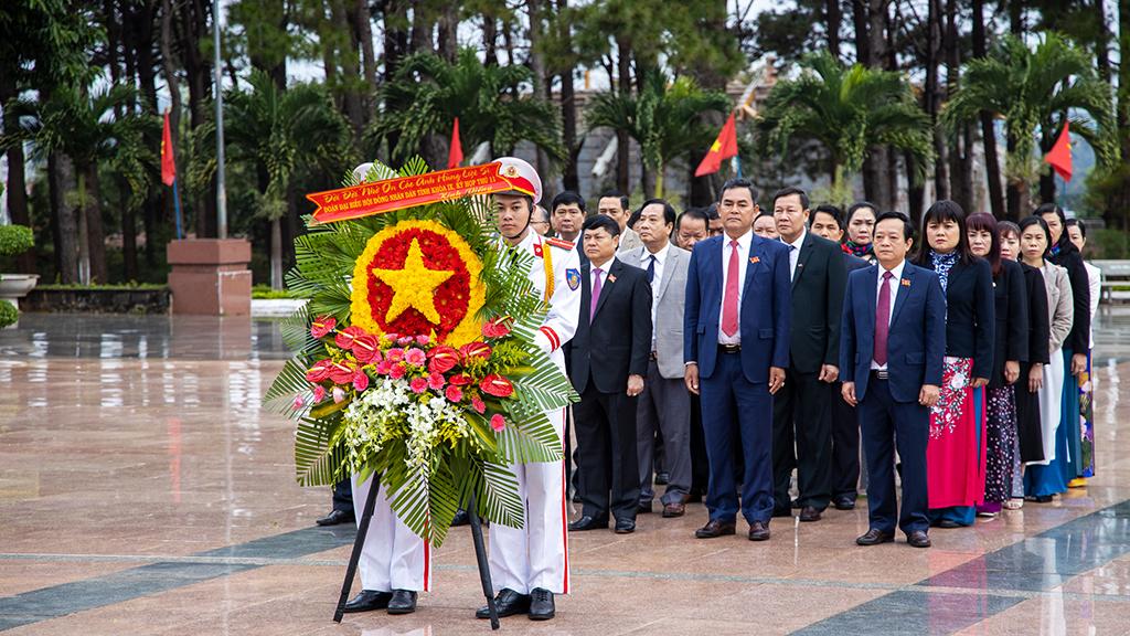 Đoàn đại biểu HĐND tỉnh viếng Nghĩa trang Liệt sỹ trước khai mạc Kỳ họp thứ 11