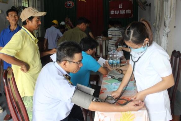 Hơn 100 công nhân ở huyện Krông Bông được khám bệnh và cấp phát thuốc miễn phí.