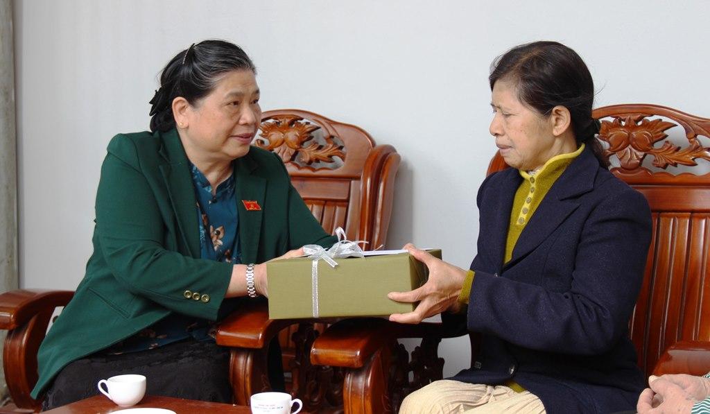 Phó Chủ tịch Thường trực Quốc hội Tòng Thị Phóng thăm, tặng quà nguyên lãnh đạo tỉnh Đắk Lắk