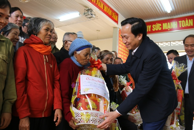 Minister Dao Ngoc Dung presents Tet gifts to revolution contributors
