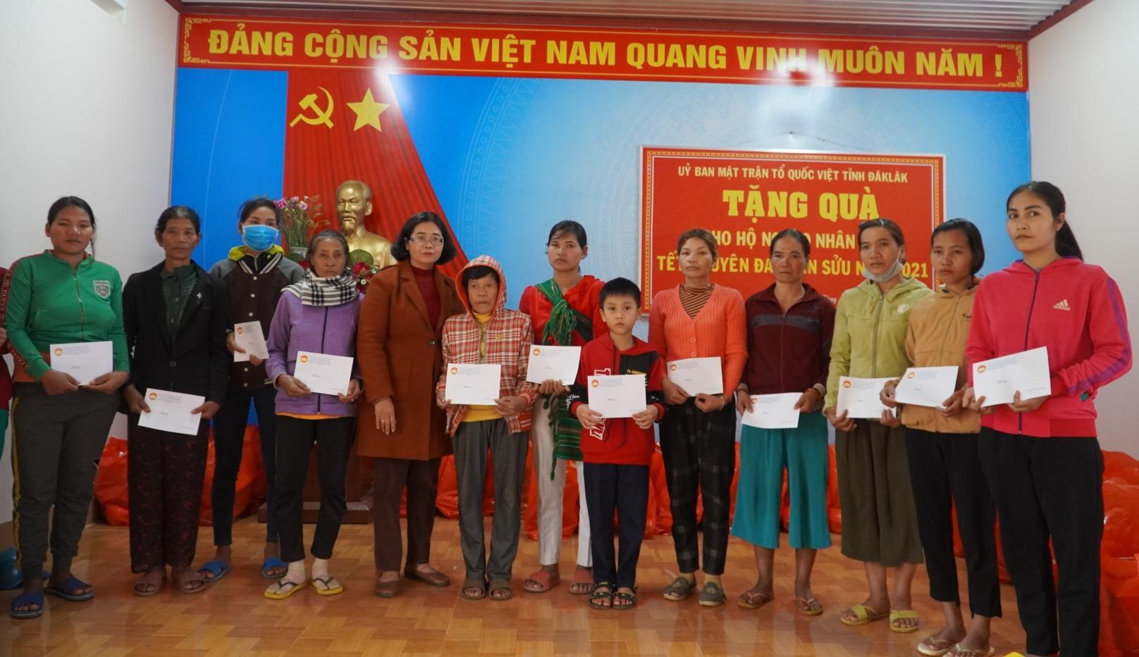 Trao 70 suất quà Tết cho hộ nghèo huyện Krông Ana