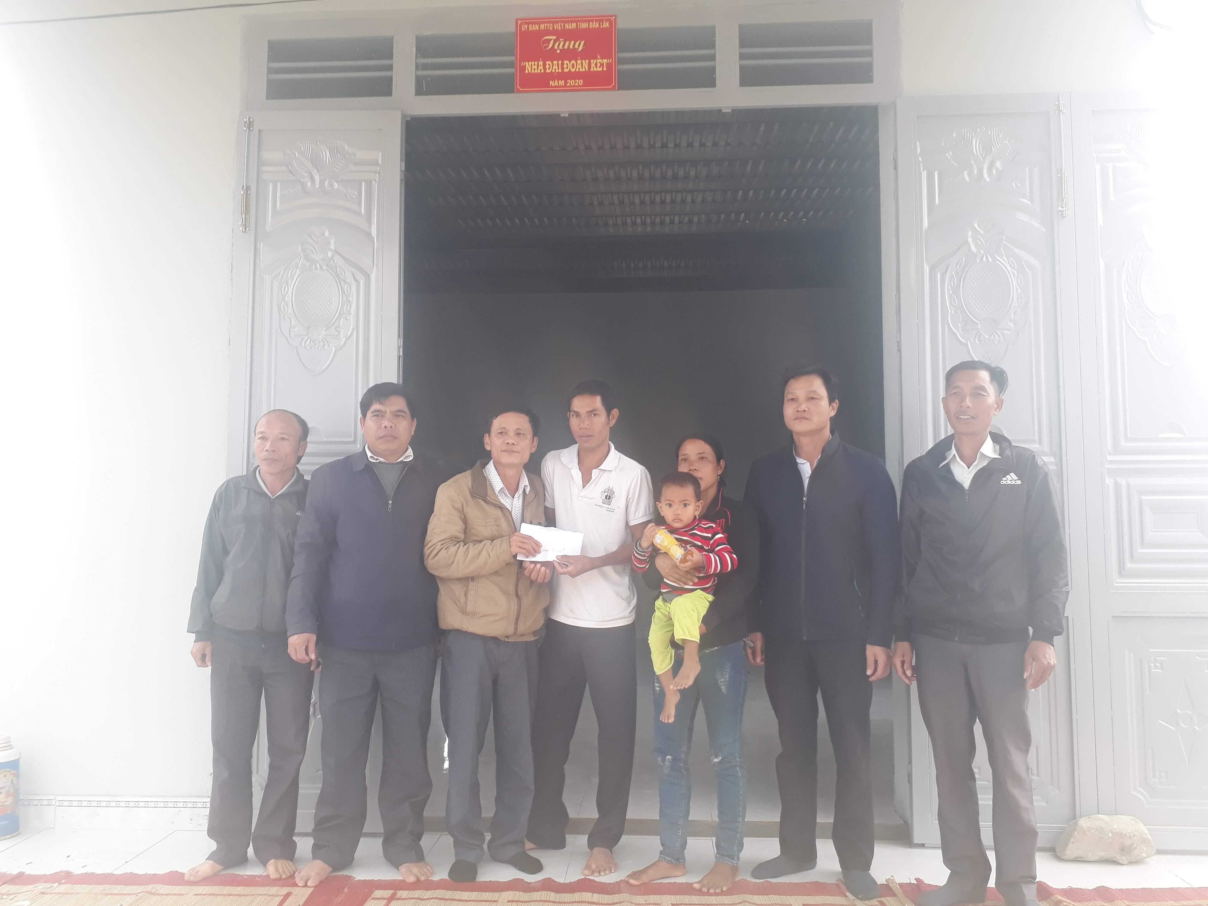 Bàn giao nhà Đại đoàn kết cho  hộ nghèo tại xã Cư Prao (huyện M'Drắk)