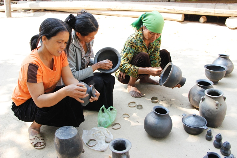 Phát triển làng nghề gắn với các hoạt động văn hóa, lễ hội và du lịch.