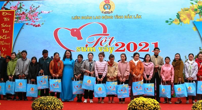 """""""Tết sum vầy năm 2021"""" tại Đắk Lắk: Trao hơn 200 suất quà cho CNLĐ khó khăn"""