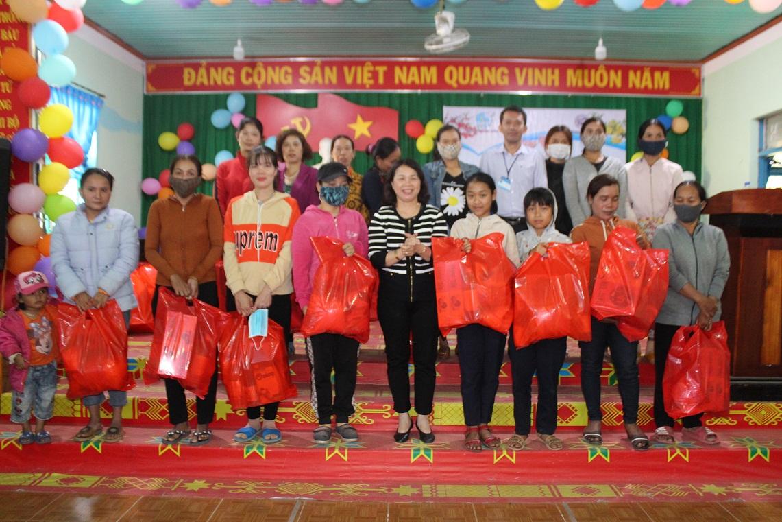 """Trao quà """"Tết yêu thương"""" cho 100 phụ nữ nghèo ở xã Ea Huar, huyện Buôn Đôn"""