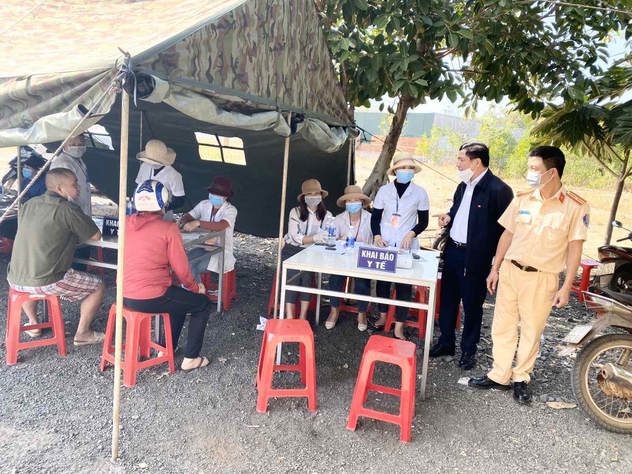 Bí thư Tỉnh ủy Bùi Văn Cường kiểm tra chốt kiểm dịch covid -19 tại huyện Ea H'Leo