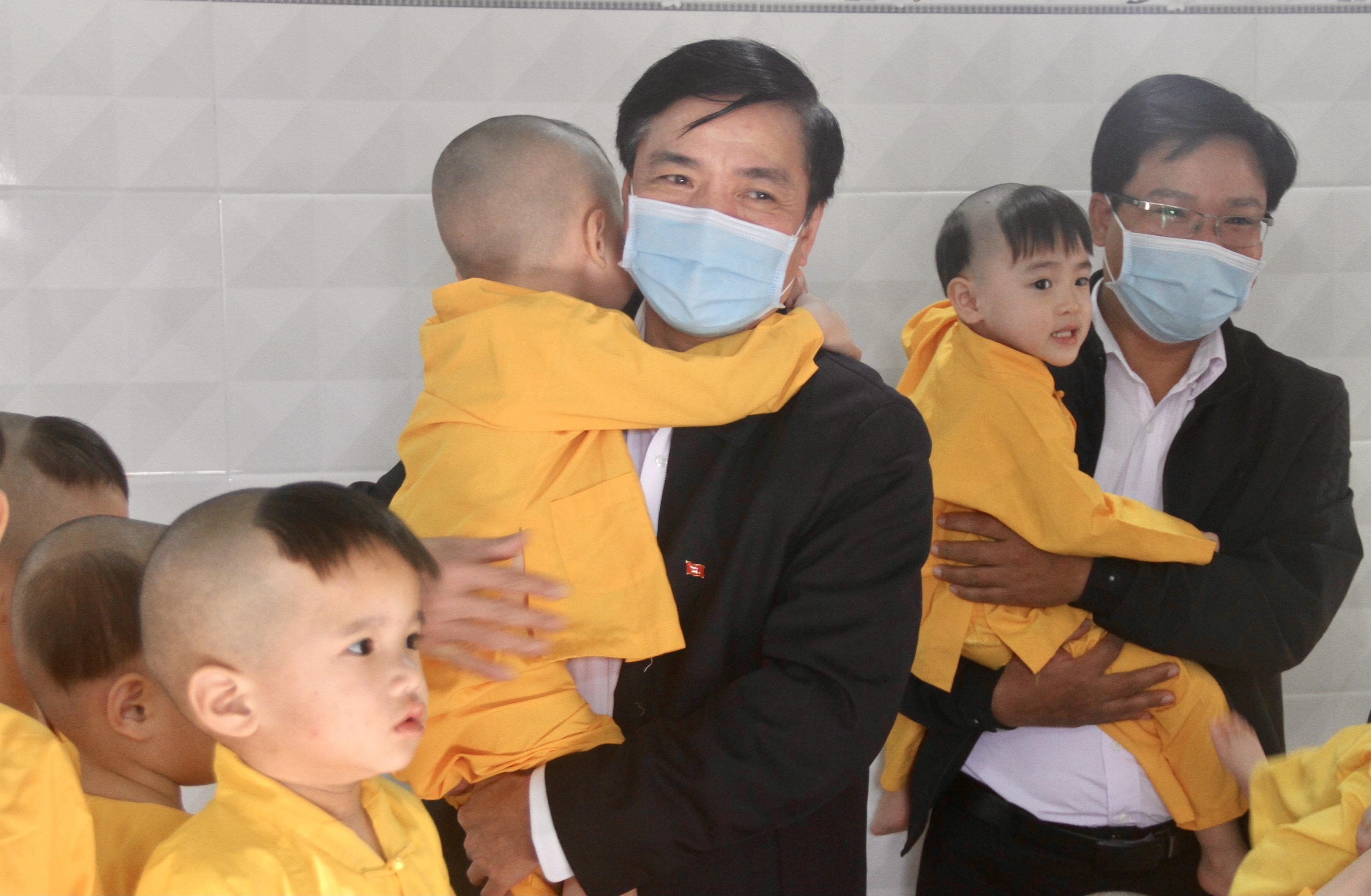 Bí thư Tỉnh ủy Bùi Văn Cường thăm, tặng quà Tết cho trẻ em mồ côi và người già neo đơn