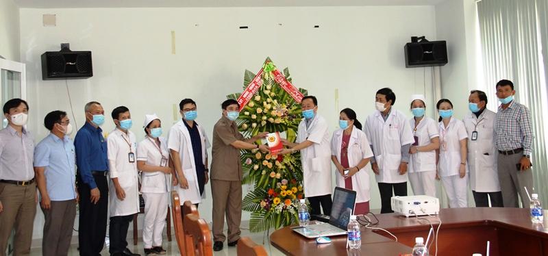 Bí thư Tỉnh ủy Bùi Văn Cường thăm, chúc mừng cơ sở y tế nhân ngày Thầy thuốc Việt Nam