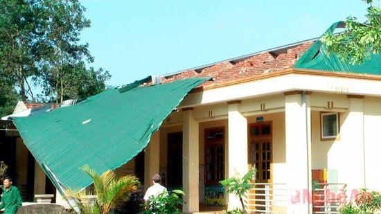 Hỗ trợ kinh phí khắc phục lốc tố tại một số trường trên địa bàn huyện Ea Kar.