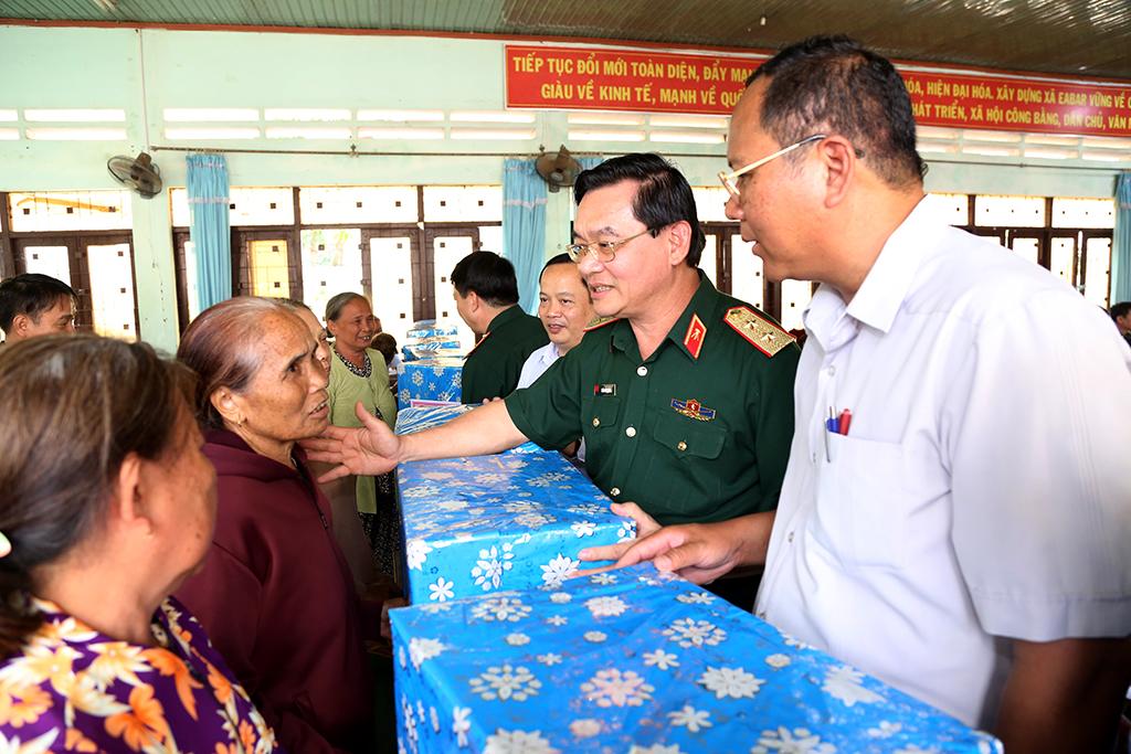 Tổng cục Kỹ thuật - Bộ Quốc phòng tặng quà và khám bệnh cho người dân huyện Buôn Đôn