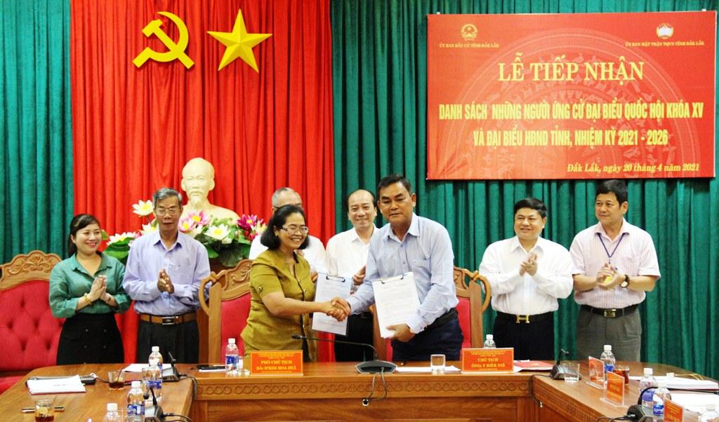 Bàn giao danh sách những người ứng cử đại biểu Quốc hội khóa XV và đại biểu HĐND tỉnh, nhiệm kỳ 2021 - 2026