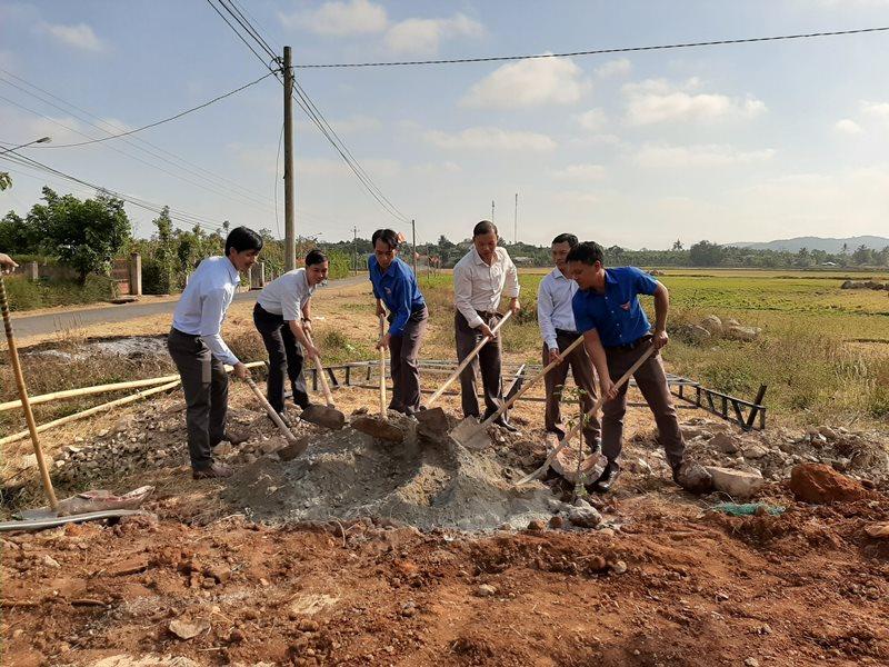 Thi công xây dựng sân hội trường thôn Đoàn Kết