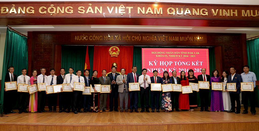 Khen thưởng 29 tập thể, 72 cá nhân có thành tích xuất sắc trong công tác HĐND tỉnh khóa IX, nhiệm kỳ 2016-2021