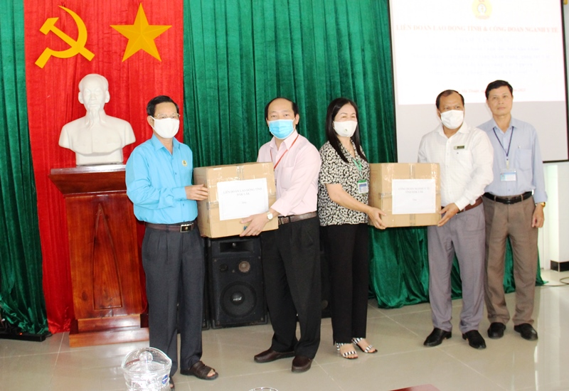 Trao tặng vật tư y tế cho Bệnh viện đa khoa vùng Tây Nguyên phòng chống Covid-19