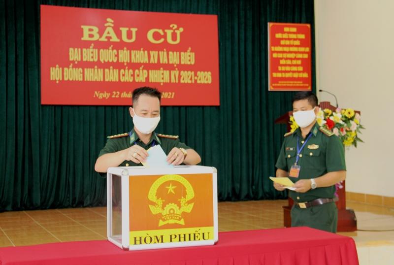Bí thư Tỉnh uỷ Nguyễn Đình Trung dự bầu cử sớm tại Tiểu đoàn Huấn luyện- Cơ động