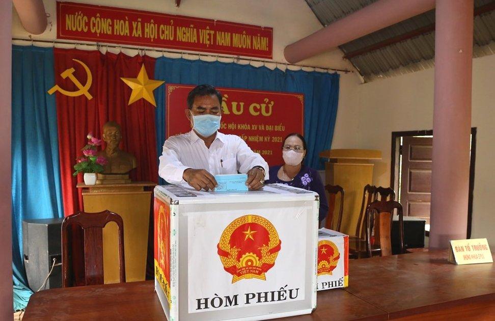 Cử tri buôn Gram A1, A2 xã Cư Bao tham gia bầu cử tại khu vực bỏ phiếu số 2