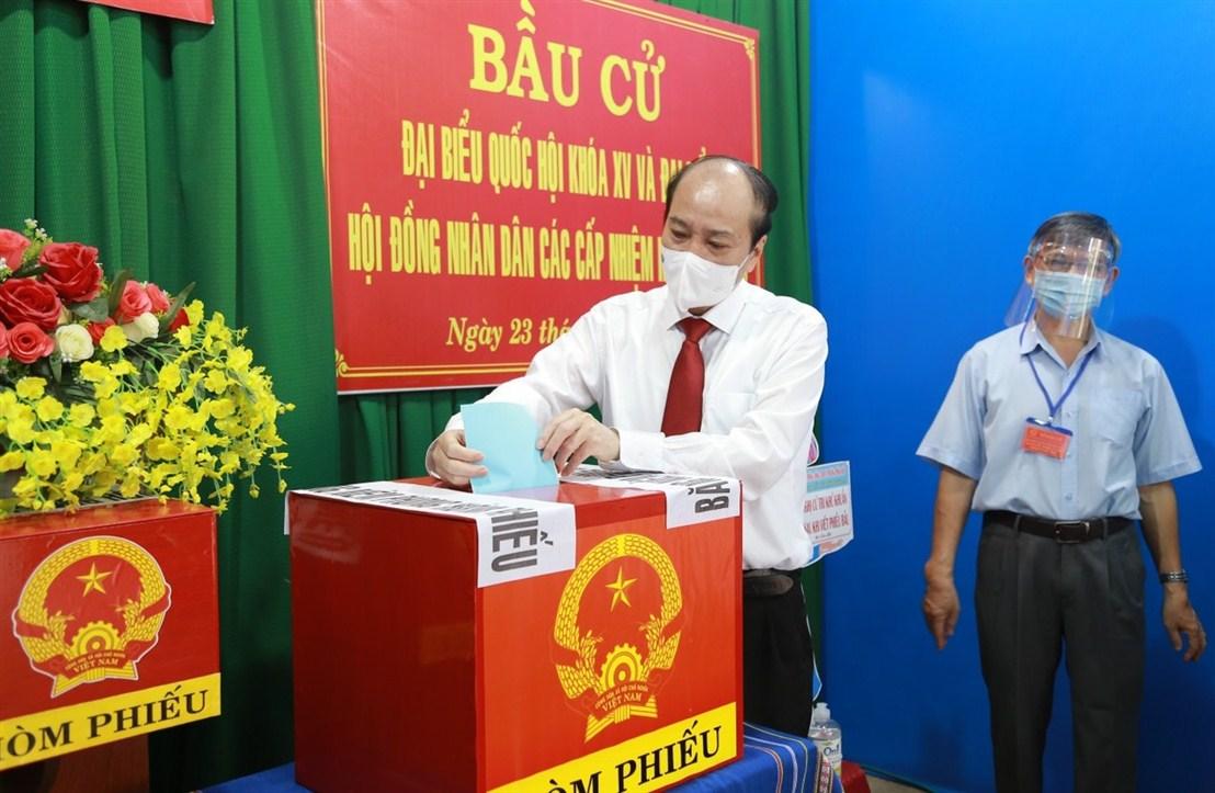 Chủ tịch UBND tỉnh Phạm Ngọc Nghị bỏ phiếu bầu cử tại nơi cư trú