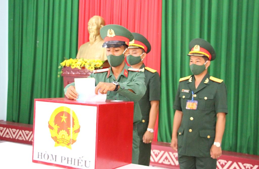 Phó Bí thư Thường trực Tỉnh ủy Phạm Minh Tấn dự bầu cử sớm tại Tiểu đoàn 303